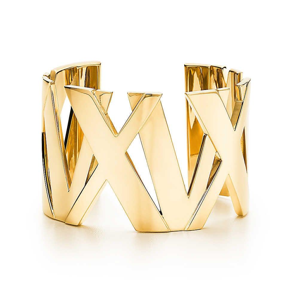 Collezione Atlas 2014. Bracciale rigido alto con linee marcate e numeri a rilievo si combinano in un design contemporaneo che celebra un'icona di Tiffany. Bracciale rigido in oro 18k. Misura media.