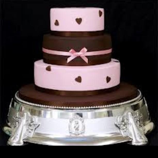 Torta nuziale doppio cioccolato decorata con un tocco di rosa per renderla più romantica