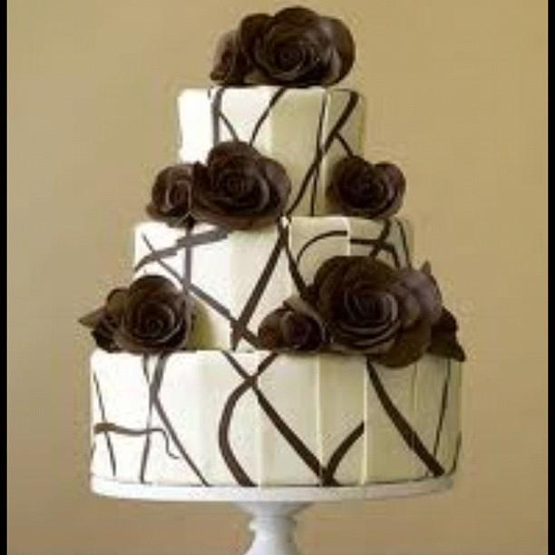 Torta nuziale doppio cioccolato con rose commestibili come decori