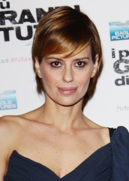 Claudia Pandolfi ingentilisce i tratti marcati del suo bellissimo viso con un castano miele