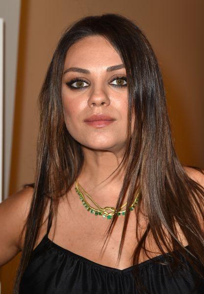 Bella e sensuale, Mila Kunis valorizza i suoi grandi occhi con un intenso castano cioccolato