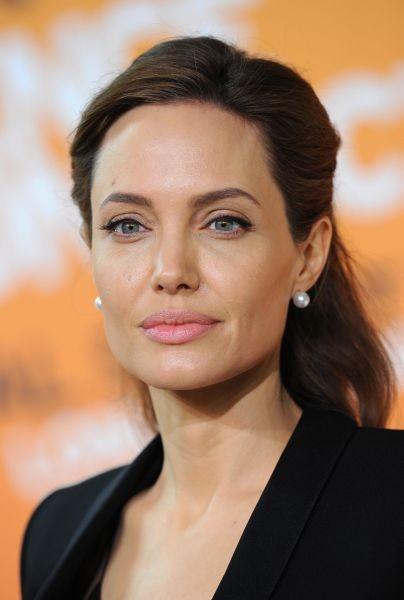 Angelina Jolie è una delle poche celebrità che può permettersi con successo capelli castano scuro