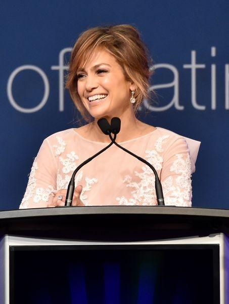 Jennifer Lopez illumina il viso e il suo incarnato latino con capelli con sottili e intensi colpi di sole