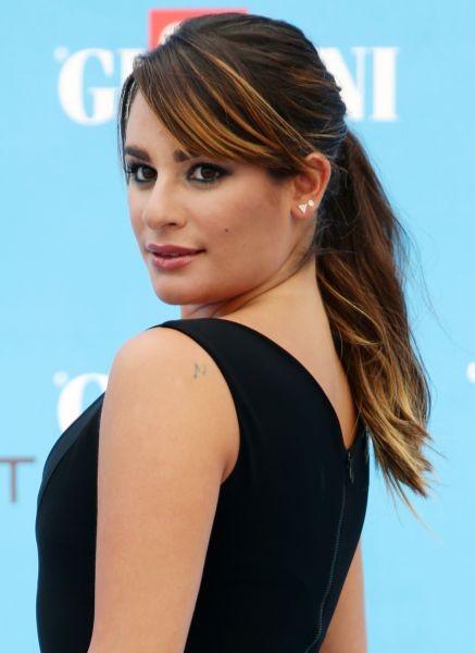 Lea Michele sceglie dei riflessi biondi effetto mare per illuminare i suoi capelli castani