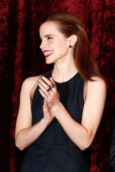 Il riflesso ramato dei capelli di Emma Watson sottolinea l'eleganza sofisticata e non convenzionale dell'attrice