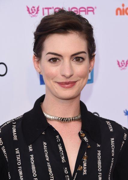 Un incarnato perfetto da bambola e capelli castano scuro: Anne Hathaway è la quintessenza dell'eleganza
