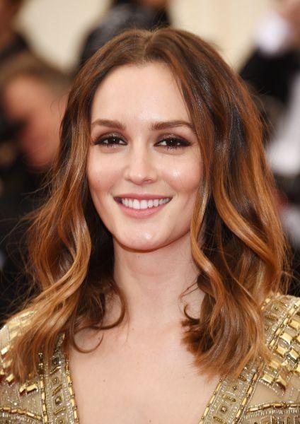 Leighton Meester radiosa ed elegantissima con capelli castani accesi di riflessi ramati