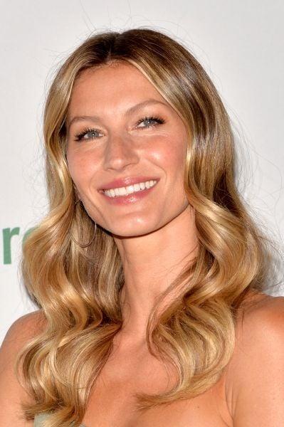 La bellezza naturale di Gisele Bundchen è tale anche nei capelli, castano miele ravvivati da flash di luce