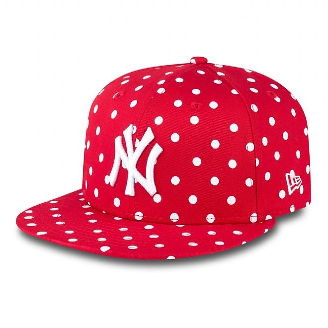 Cappello rosso con pois bianchi, e scritta