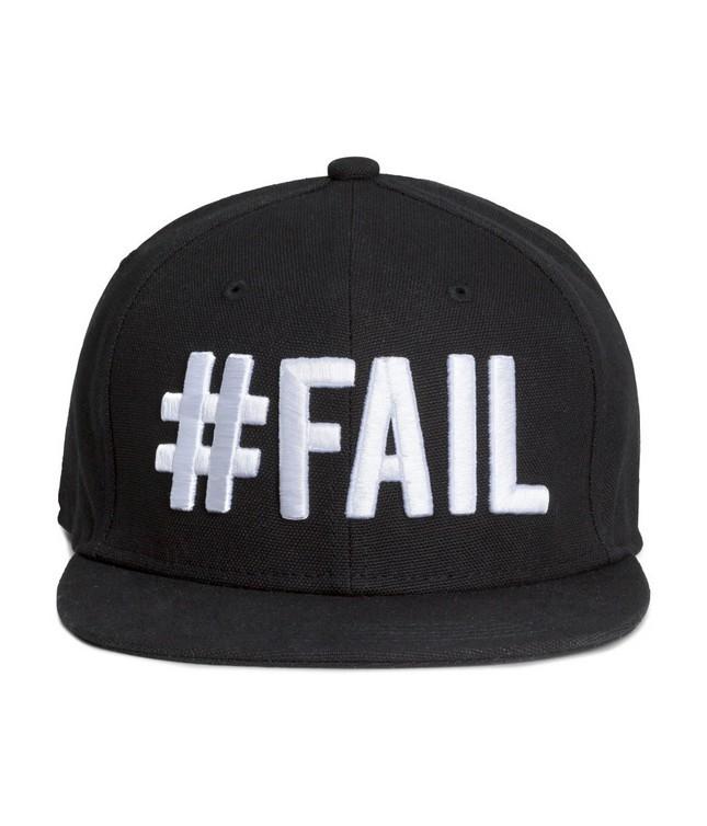 Cappellino nero con visiera e scritta bianca