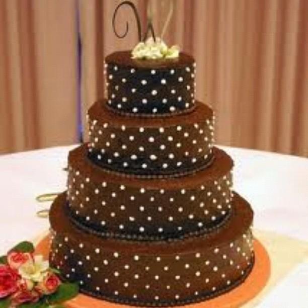 Torta nuziale cioccolato retrò nel tipico stile a pois anni '50