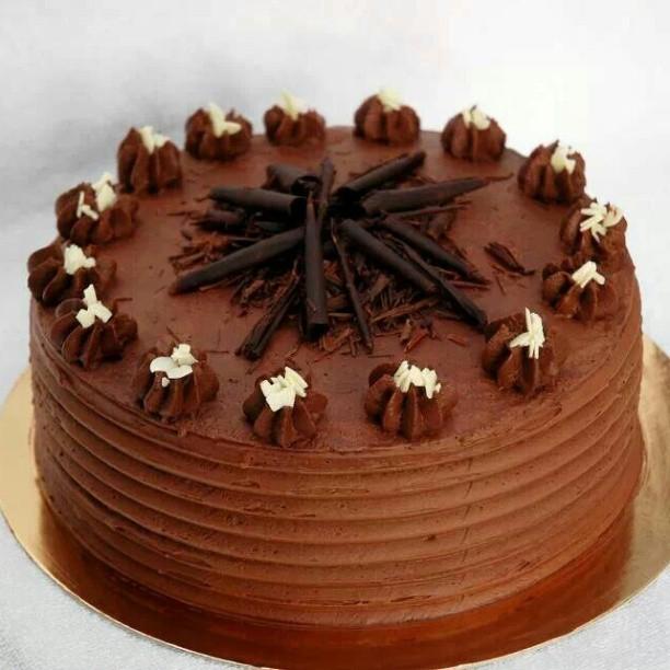 Torta nuziale cioccolato con decori sulla superficie