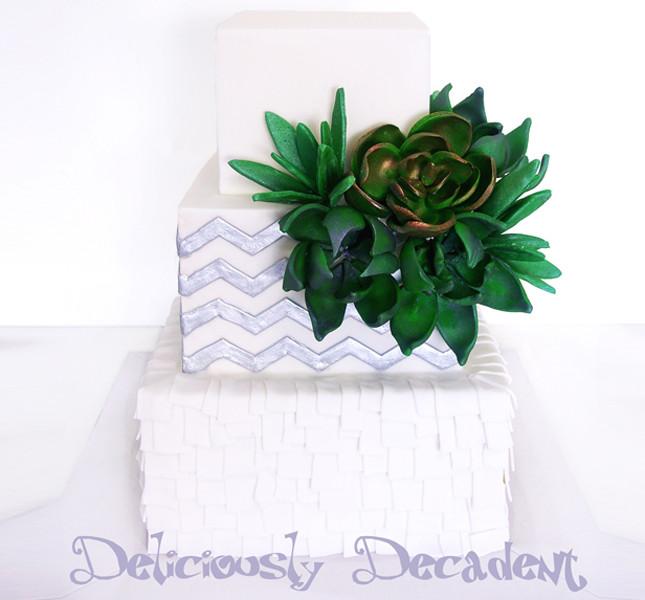 Zig zag e decorazione verde profondo su questa torta di Torta nuziale by Christel Deliciously Decadent cake.