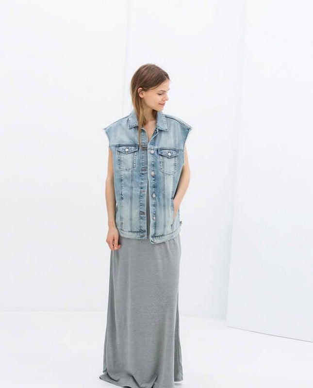Abbina un gilet di jeans con un abito lungo grigio per un outfit romantico. Gilet di jeans, chiaro, di Zara