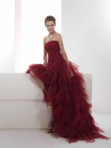 Corto ma con strascico, liscio e vaporoso: un mix di scelte esaltate dal color rosso: la sposa firmata Dalin (modello Virna)