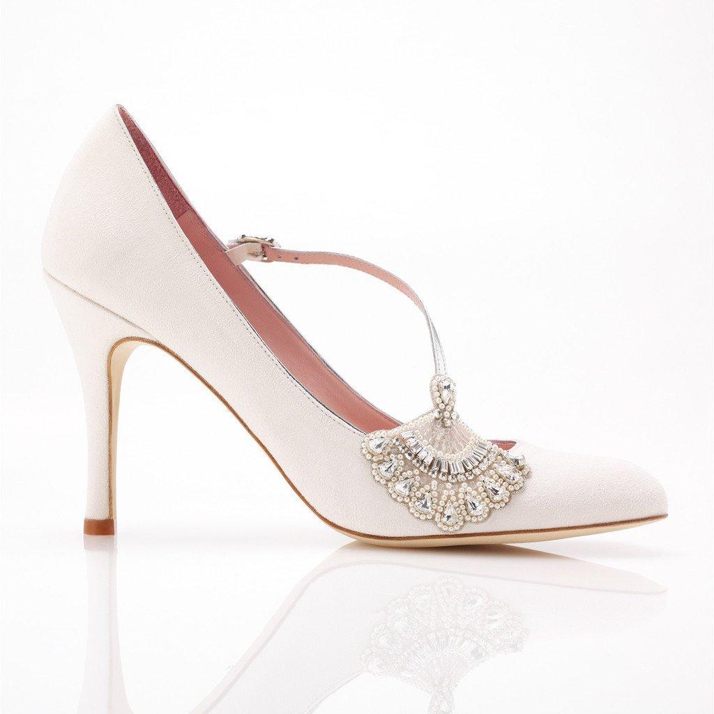 Modello Elizabeth in suede color avorio e cinturino diagonale sul collo del piede, con dettaglio gioiello
