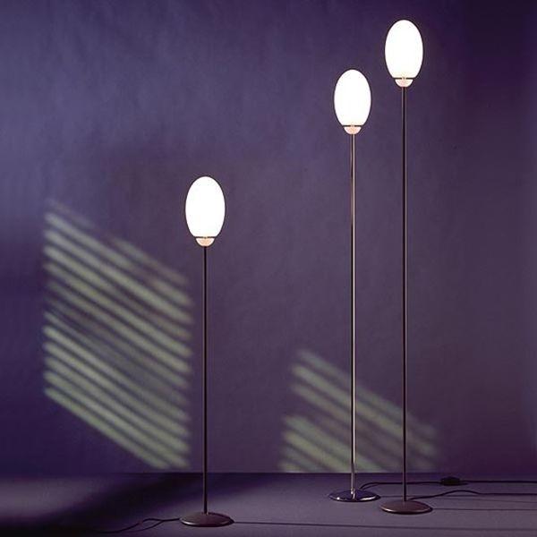 La lampada Brera F di Achille Castiglioni è caratterizzata da un diffusore in vetro opalino incamiciato con finitura acidata