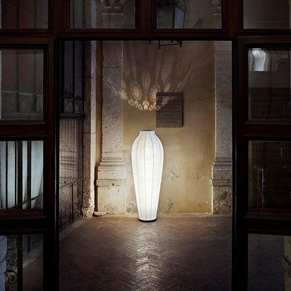 Chrysalis, di Marcel Wanders, presenta caratteristica forma ad anfora e lavorazione con tencica Cocoon