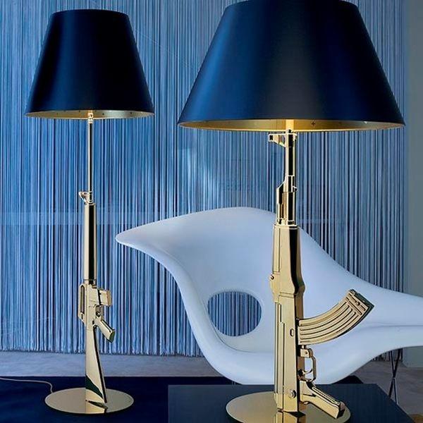 Provocatoria e disturbante, Guns - Lounge Gun di Philippe Starck presenta orpo in alluminio pressofuso sovrastampato con polimero ad iniezione e finitura galvanica in oro lucido 18K o cromato