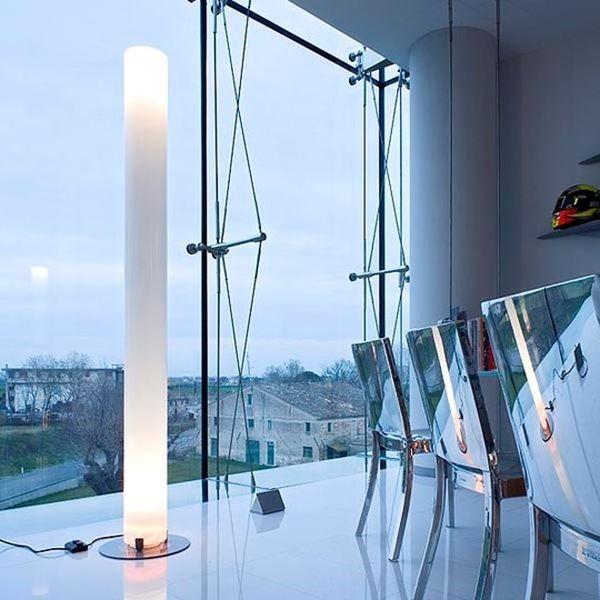 Elegante e dalla luce calda, Stylos di Achille Castiglioni è ideale sia per uffici che per abitazioni private