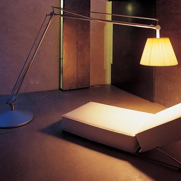 SuperArchimoon di Philippe Starck ripropone in grande scala la forma della classica lampada da tavolo