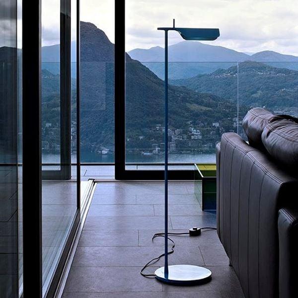 La lampada Tab F di Edward Barber e Jay Osgerby presenta un design essenziale e ricercato, perfetto per stili e ambienti diversi