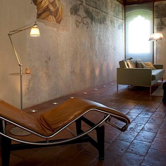 La lampada da terra Flos Decorative Archimoon Soft unisce lo stile contemporaneo al calore della tradizione e dei materiali