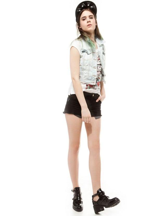 Abbina un gilet di jeans con gli shorts in ecopelle, per un outfit trendy. Gilet di jeans, chiaro, di Bershka