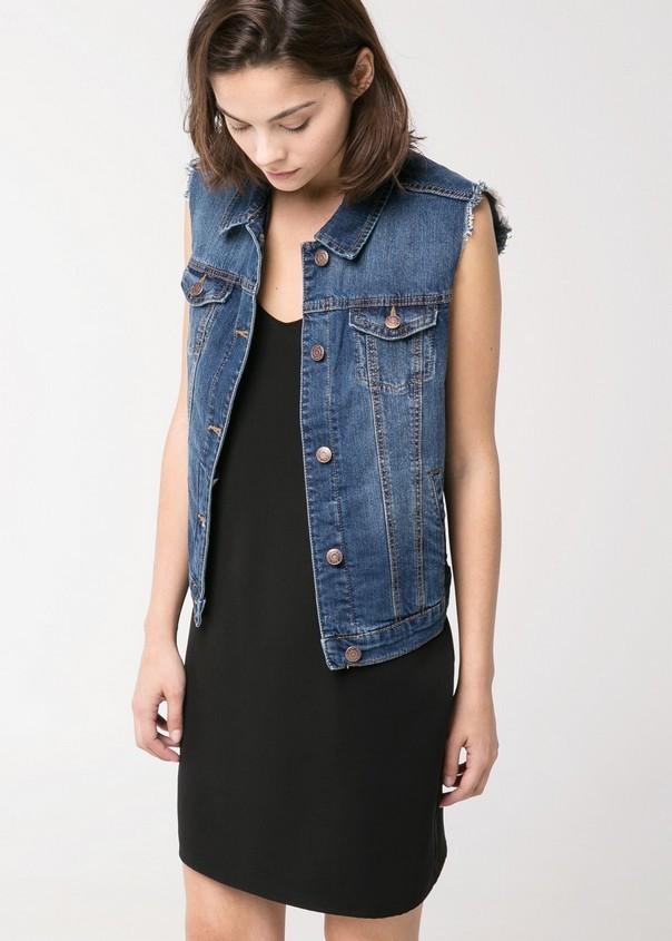 Abbina un gilet di jeans con un total black per un outfit rock. Gilet di jeans, scuro, di Mango