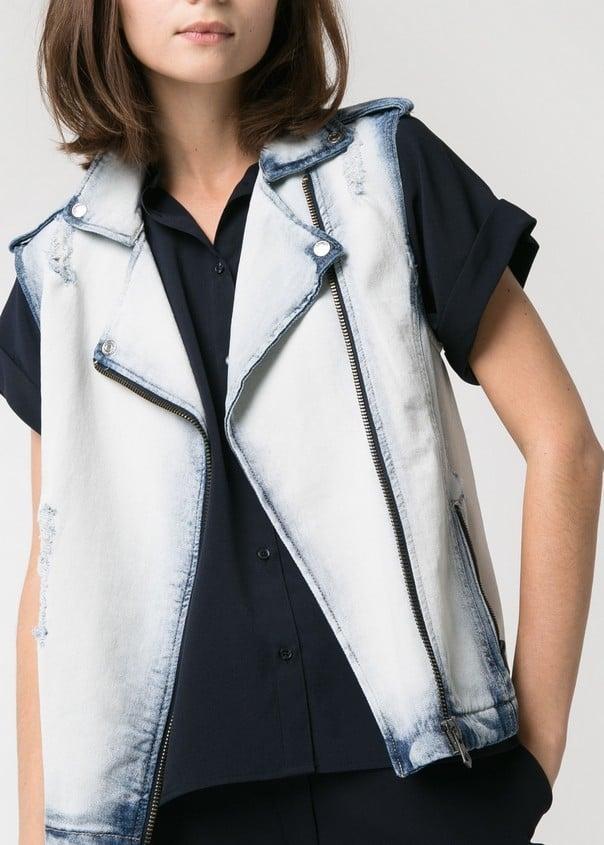 Gilet di jeans, di Mango, abbinato ad una t-shirt semplice nera