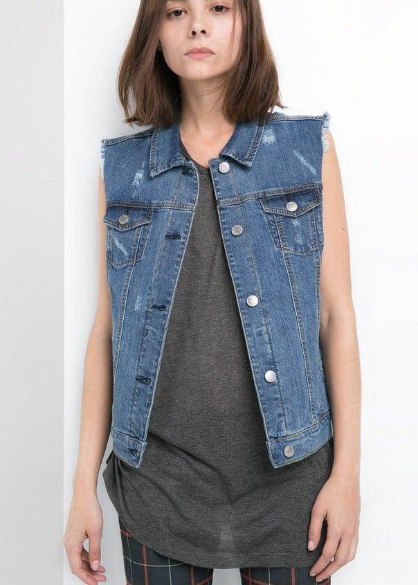 Abbina un gilet di jeans con una t-shirt e pantaloni a quadri per un outfit casual. Gilet di jeans, scuro, di Mango