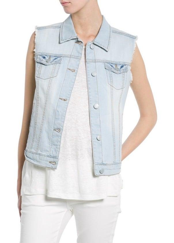 Abbina un gilet di jeans con un total white per un outfit elegante. Gilet di jeans, chiaro, di Mango
