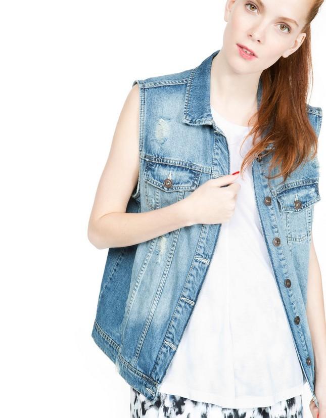 Abbina un gilet di jeans con gli shorts stampati, per un outfit trendy. Gilet di jeans, chiaro, di Bershka
