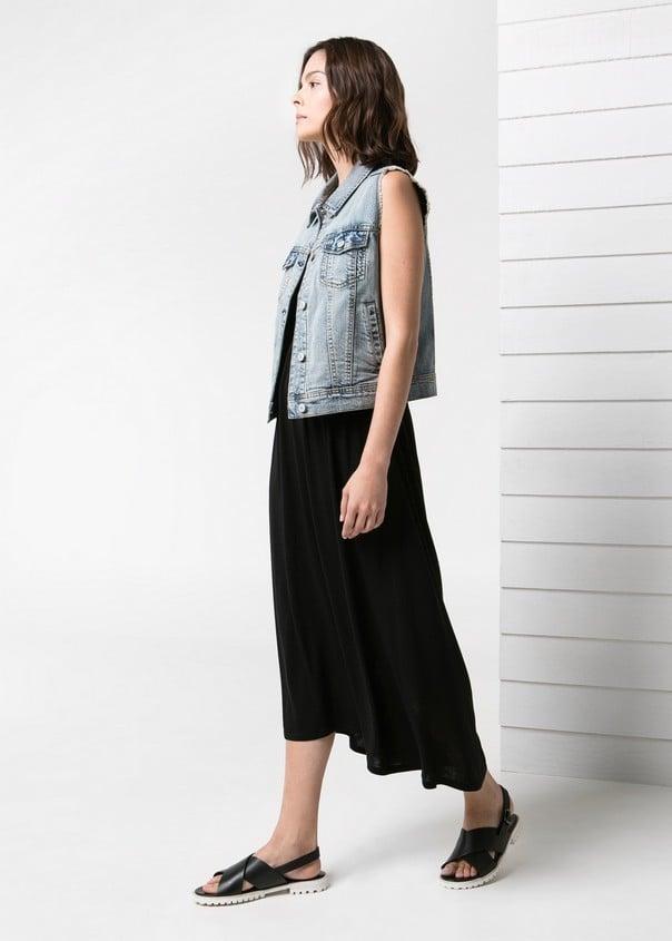 Abbina un gilet di jeans con un abito lungo nero per un outfit romantico. Gilet di jeans, chiaro, di Mango