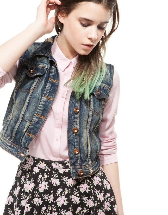 Abbina un gilet di jeans con una gonna stampata stampati, per un outfit chic. Gilet di jeans, scuro, di Bershka
