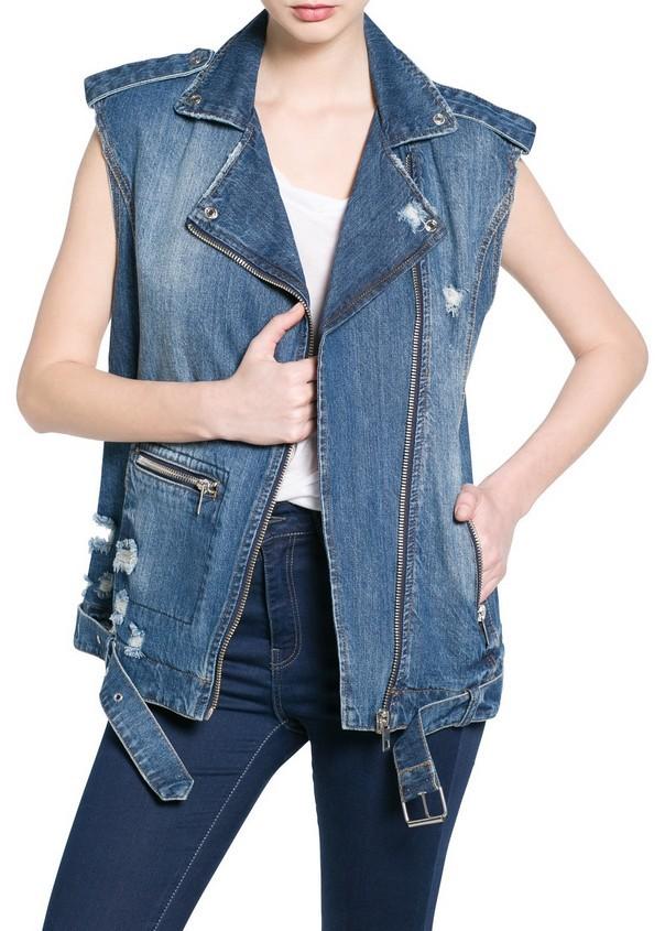 Abbina un gilet di jeans con capi tutti denim on denim, per un outfit originale. Gilet di jeans, scuro, di Mango