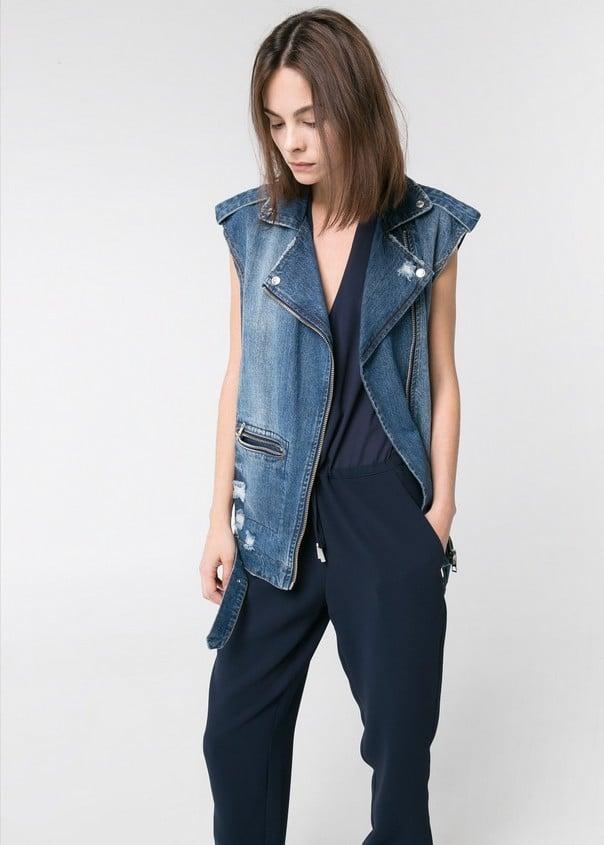 Abbina un gilet di jeans con le jumpsuit per un outfit cool. Gilet di jeans, scuro, di Mango