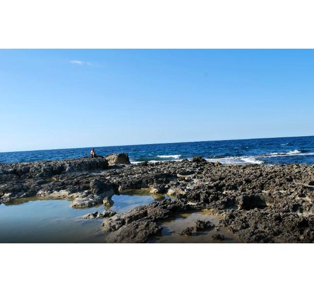 Il mare che lambisce la Grotta della Poesia