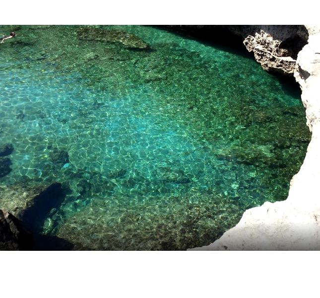 Le acque trasparenti della Grotta della Poesia