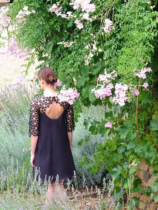 Hoss Intropia collezione estate 2014. Abito blu in pizzo con schiena scoperta