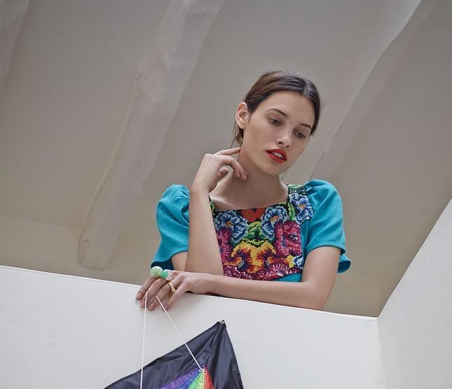 Hoss Intropia collezione estate 2014. abito azzurro con ricami floreali colorati