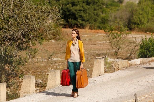 Hoss Intropia collezione estate 2014. Blazer arancione, blusa chiara e pantalone morbido