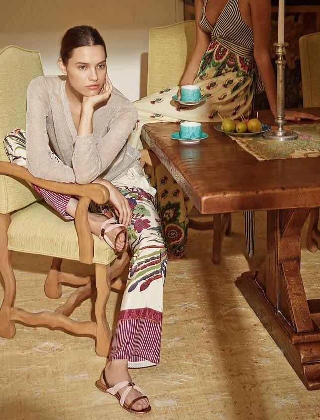 Hoss Intropia collezione estate 2014. Pantalone a palazzo stampato abbinato ad una maglia minimal
