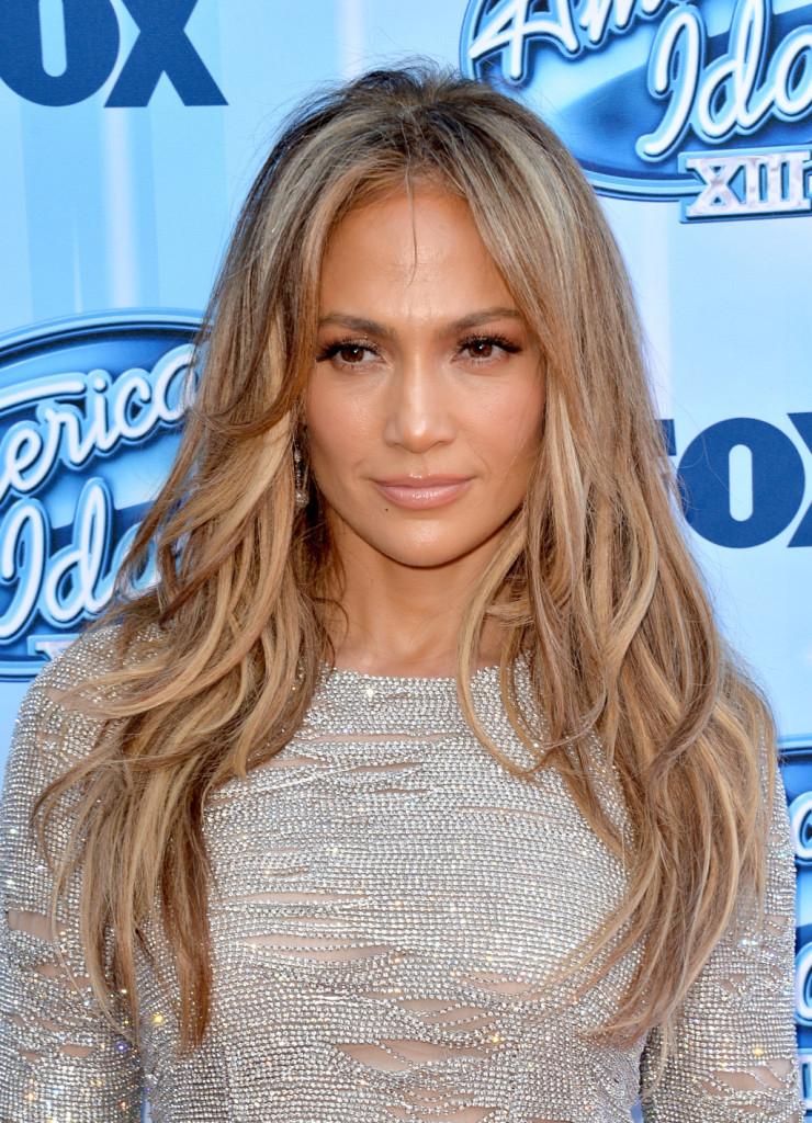 Capelli lunghissimi e sensuali per Jennifer Lopez con schiaritura naturale