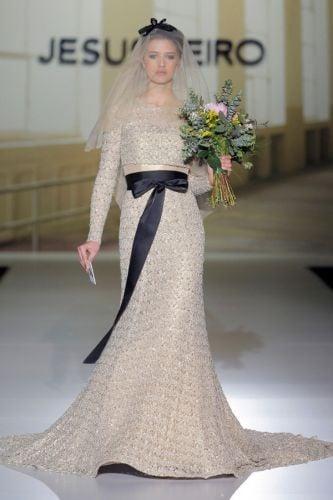 Una cintura fiocco nera in vita per dare ancor più risalto al luccichìo dell'oro in questo modello di Jesus Peiro
