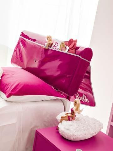 La particolate testiera del letto 'a pochette' della cameretta Barbie Vanity