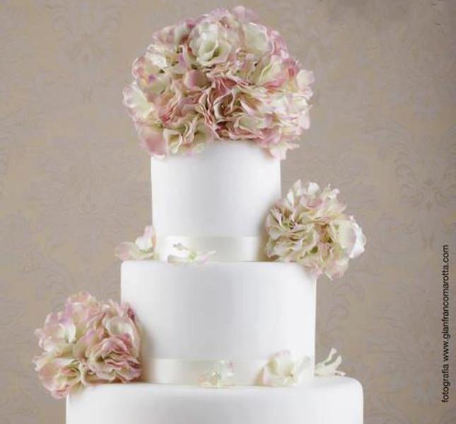 Una creazione  multipiano con grandi fiori in toni pastello per Le torte di Renato (Ardovino).