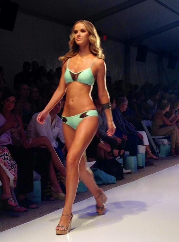 I colori chiari e i pizzi trasparenti della lingerie avvolgono in dolci forme il corpo delle modelle