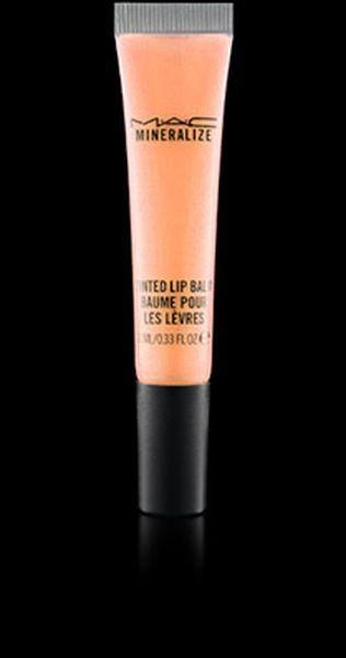 Mac Cosmetics propone il gloss Mineralize Tinted Lip Balm per una bocca effetto naturale