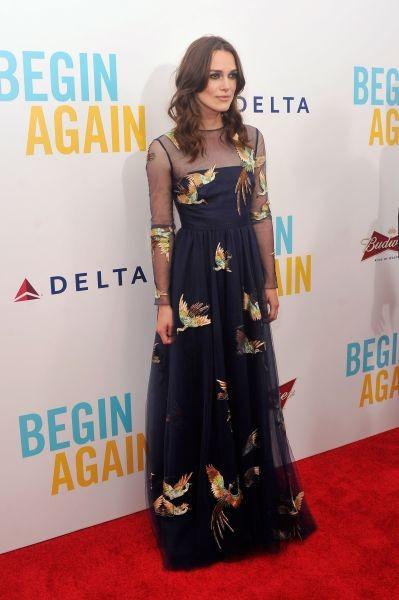 Keira Knightley conferma la sua eleganza raffinata abbinando il blu del make up a quello del vestito e accendendo l'onsieme con riflessi d'oro